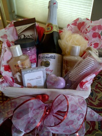 Rock Cottage Gardens B&B Inn: Small special occasion spa basket