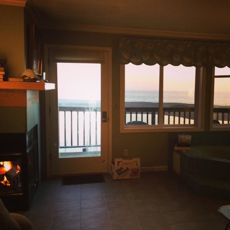 Gualala, Kaliforniya: Evening view of fireplace and ocean in the California Room
