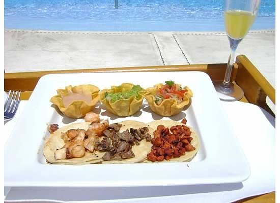 Grand Velas All Suites & Spa Resort: Poolside taco lunch