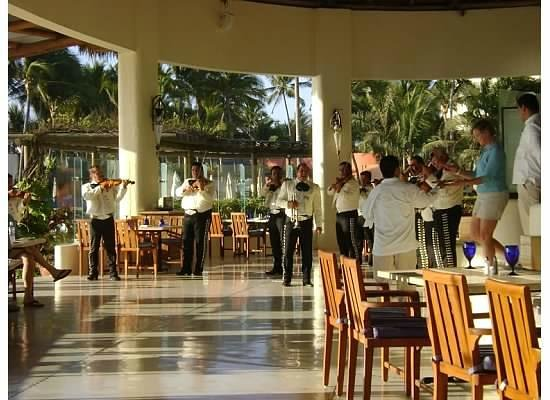 Grand Velas All Suites & Spa Resort: Mariachi band at Mexican Night at Azul