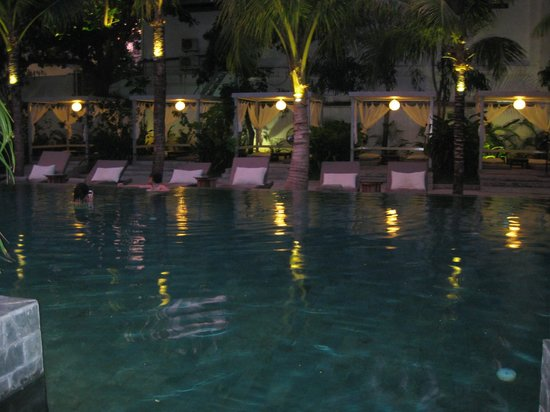 The Plantation: The pool in the evening. Note that it gets dark slightly before 6 pm