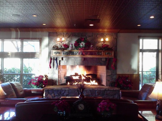 Westgate Smoky Mountain Resort: Fireplace in the lobby
