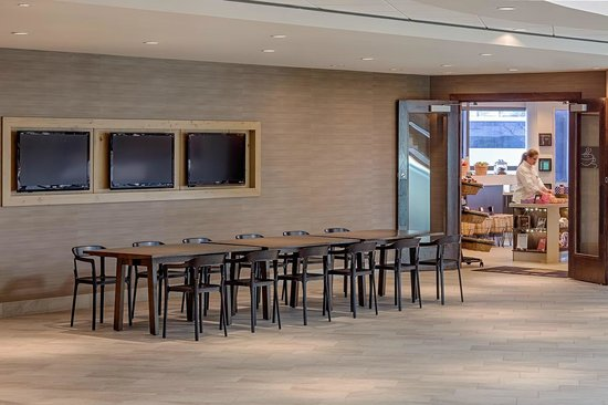 Hyatt Regency Denver Tech Center: Open Seating outside Perks Coffee & Market