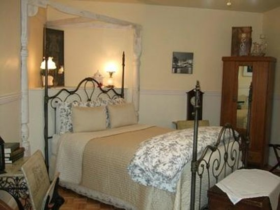 The Iron Gate Inn and Winery: Emma Jane Room, upstairs Queen Room