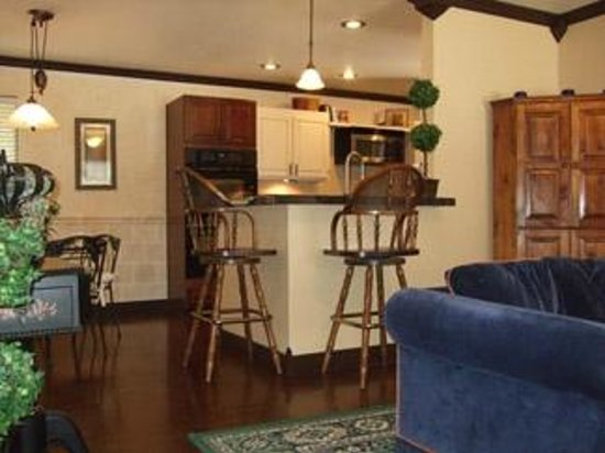 The Iron Gate Inn and Winery: Living Room & Kitchen in Separate Carriage House Suite