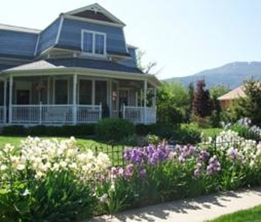 The Iron Gate Inn and Winery: Spring Irises line the Inn