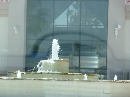 BEST WESTERN Ocean Villa: Fountain outside of hotel.