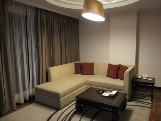Bandara Suites Silom: Suite Room Living Space