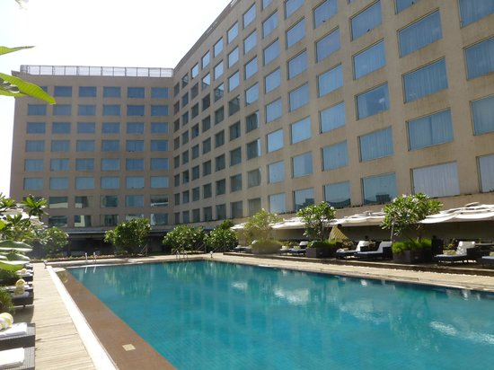 Courtyard by Marriott Mumbai International Airport: Pool at the Courtyard