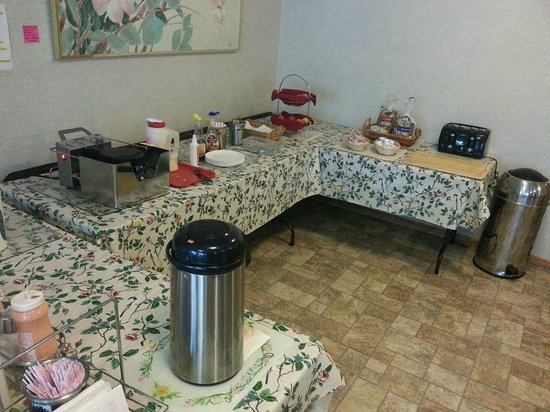 Forest Grove, Oregón: Coffee table, waffle maker, fruit, bread