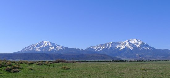 Rio Cucharas Inn: The Spanish Peaks out your room window