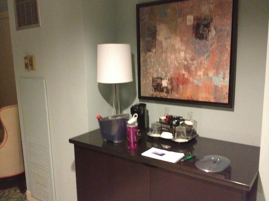 The Roberts Mayfair: Rm 1101 - Area at entrance of room