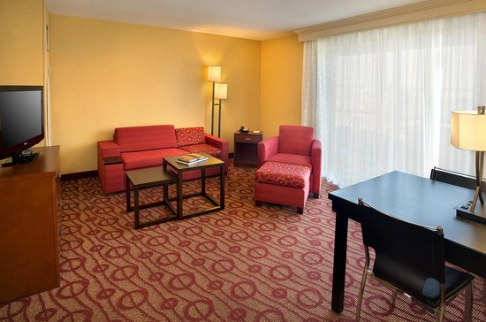 Courtyard by Marriott Niagara Falls: 2 Room Family Suite