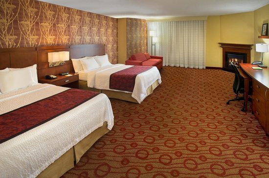 Courtyard by Marriott Niagara Falls: Two Queen Bed Deluxe Guest Room with Fireplace