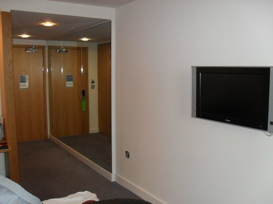 Holiday Inn Salisbury Stonehenge: Modern - flat screen on wall
