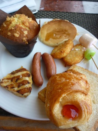 Ramses Hilton: The tasty fruit danish and muffin!