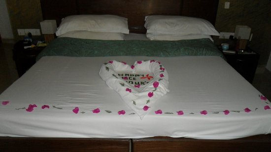‪‪Santana Beach Resort‬: Bed art on last night‬