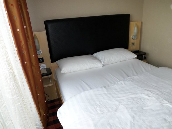 BEST WESTERN PLUS Academy Plaza Hotel: Look at the space between the bed and the curtain