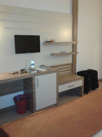 Serhan Hotel: TV in room with storage