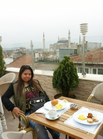 White House Hotel Istanbul: the breakfast terrace is exceptional...got a lovely view of Aya Sofya and Blue Mosque