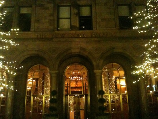 The New York Palace Hotel: Hotel courtyard at night