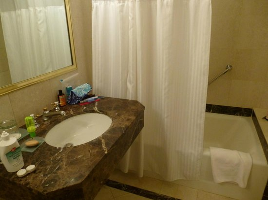 Avalon Hotel: Nice marble sink area