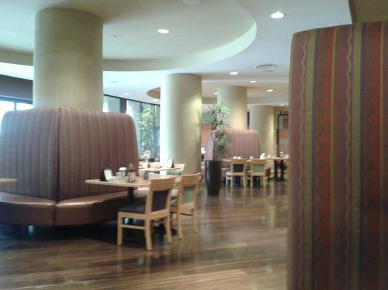 Crowne Plaza Ventura Beach: Contemporary restaurant - nice place to start the day.