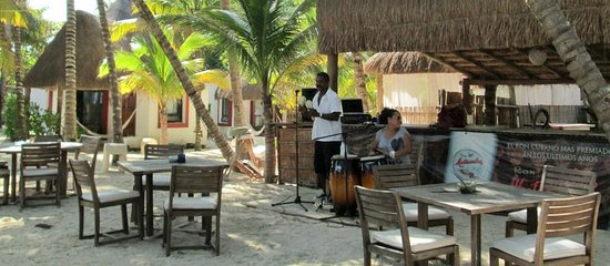 Las Palapas Hotel: Live music at beach tables.