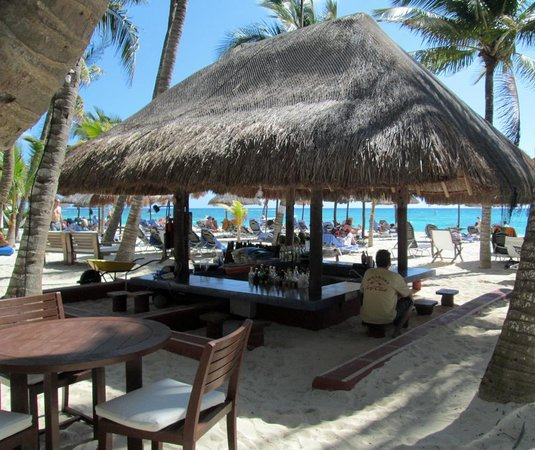 Las Palapas Hotel: Beach Bar by the Caribbean.