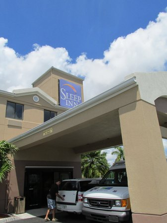 Sleep Inn at Miami International Airport: Hotel Entrance