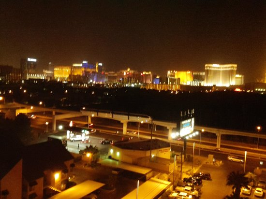 Embassy Suites Convention Center Las Vegas: nighttime view