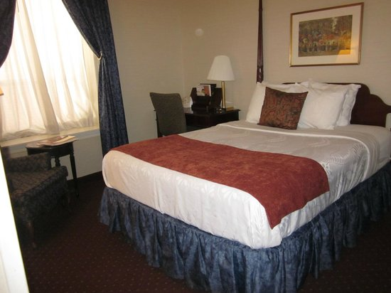 BEST WESTERN PLUS Independence Park Hotel: King room - red/white/blue linens
