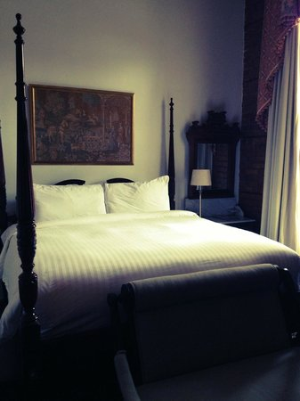 Lafitte Guest House: The bed inside our room at LaFitte