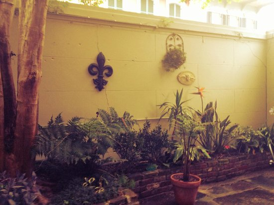 Lafitte Guest House: The courtyard at LaFitee