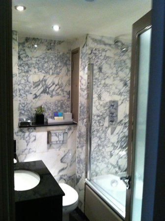 The Bloomsbury Hotel: Salle de Bain 803