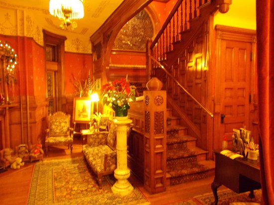 Castle Marne Bed & Breakfast: Foyer