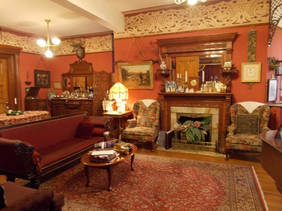 Castle Marne Bed & Breakfast: Living Room