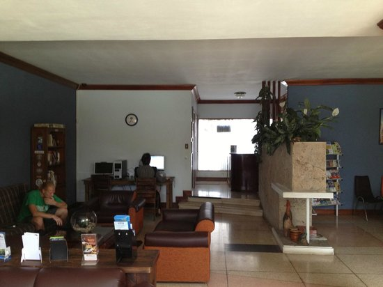 Mi Casa Hostal: Living room, computers area and Lobby