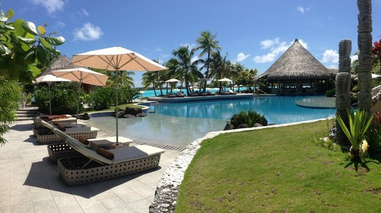 The St. Regis Bora Bora Resort : pool area 