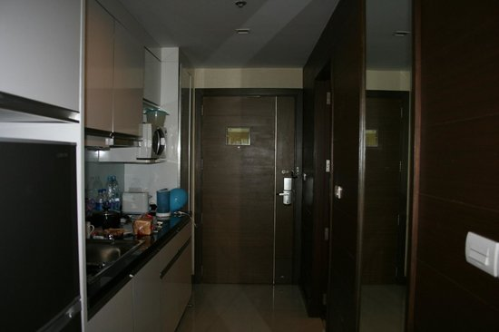 Legacy Suites Bangkok: Entrance and kitchen