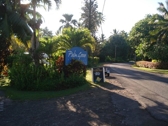 Vaimaanga, les Cook : Entrance to palm grove Resort 