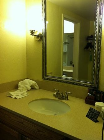 Cambridge, OH: new king hospitality suite. room 275