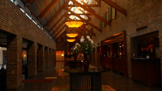 Princeton Marriott Hotel & Conference Center at Forrestal: Lobby from stairs leading up from spa