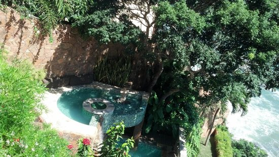 Cachoeira Inn: view of the jacuzzi from the living room of the hotel.