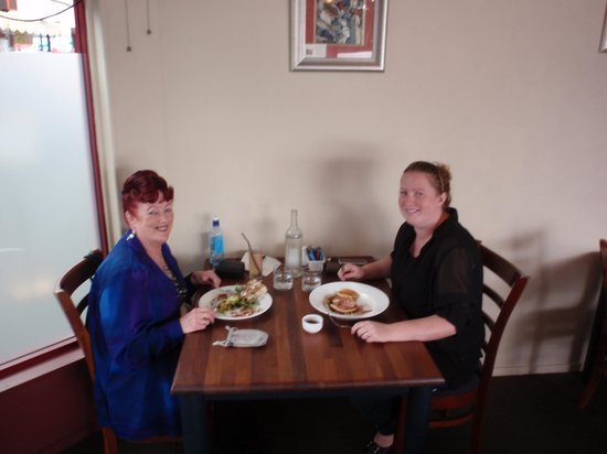 Bay of Plenty, New Zealand: Barbara &amp; Alicia having lunch