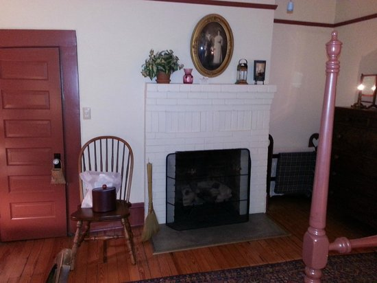 Beechwood Inn: View of fireplace from bed