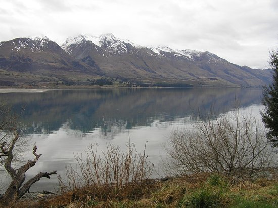 Glenorchy, Новая Зеландия: The Lodge is right on the lake front.