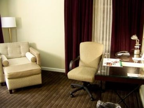 Magnolia Hotel Houston: Nice sitting area in my room