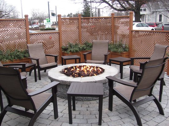 Holiday Inn Saratoga Springs: Fire pit in front of hotel