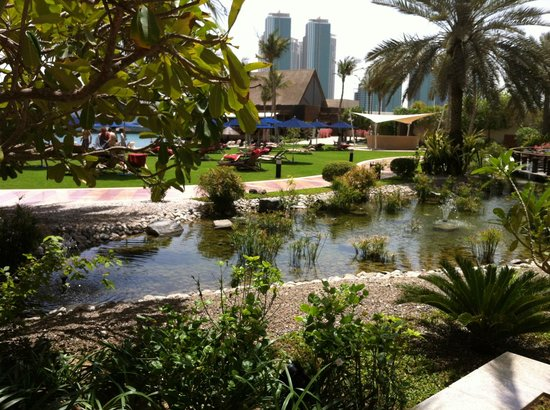 Beach Rotana - Abu Dhabi : The lovely hotel grounds near the beach